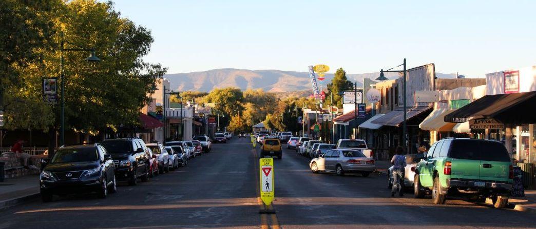 23_Arizona_Hauptstraße mit Probierstuben und Restaurants in Cottonwood_c_BrigitteBonder