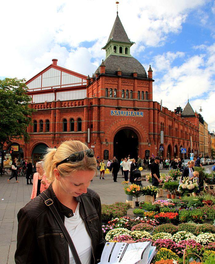 04_Stockholm_Vor der historischen Markthalle in Östermalm_Copyright_Thomas Sbikowski