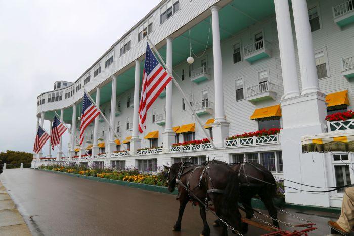 03a Grand Hotel Mackinac Island Michigan Außen mit Kutsche