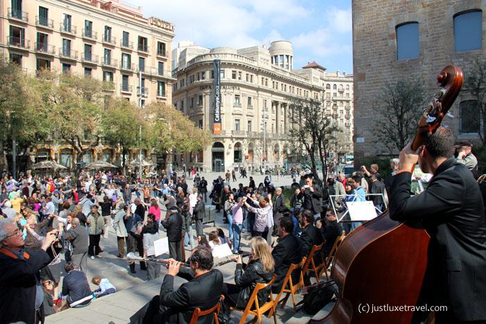 Barcelona-Sonntags ist Sardana Zeit vor der Kathedrale