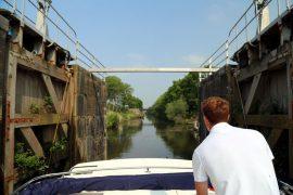 Hausboot Leboat Flandern Belgien Ausfahrt aus der Schleuse