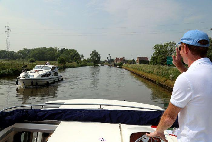 Hausboot Leboat Flandern Belgien Begegnungsverkehr