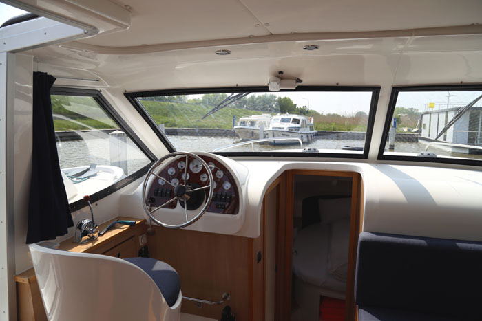 Hausboot Leboat Flandern Belgien Leitstand innen