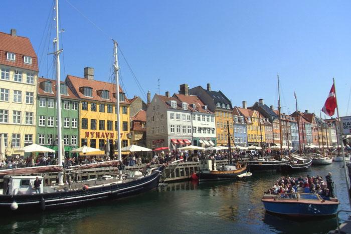 Kopenhagen-Ausflugsboote starten am Nyhavn zur Hafenrundfahrt