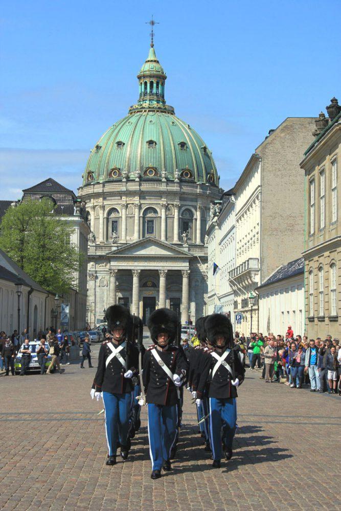 Kopenhagen-Wachablösung an der königlichen Residenz Amalienborg