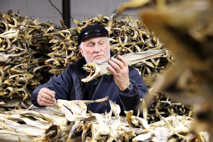 hurtigruten-johannes-lortweit-mit-stockfisch