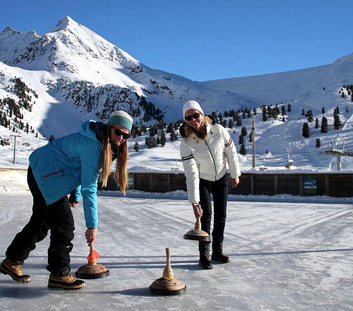 Skigebiet Kühtai Eisstockschießen Eisbahn Jagdschloss