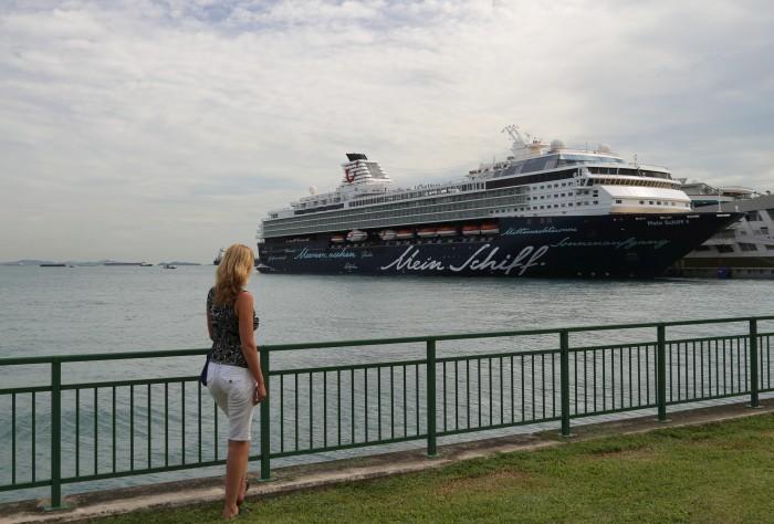 Asien Kreuzfahrt Die Mein Schiff 1 am Marina South Pier in Singapur