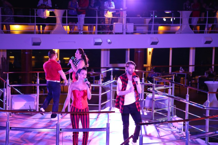 Bordensemble performed auf dem Pooldeck