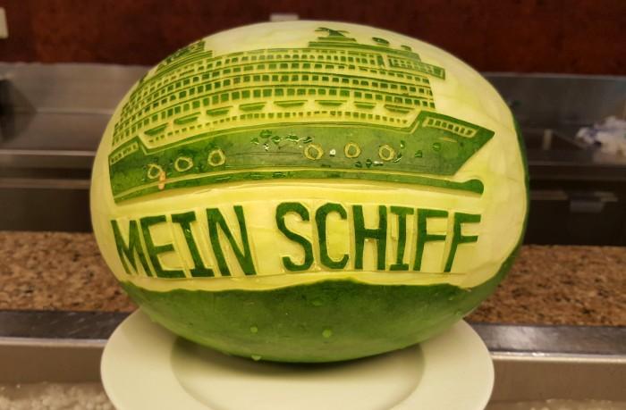 Obst-Schnitzkunst Mein Schiff