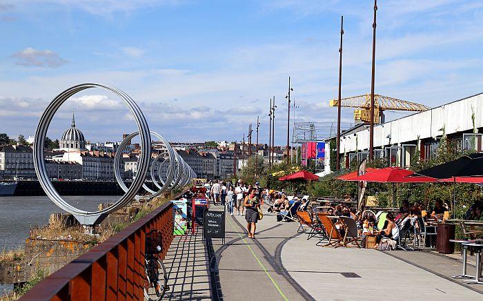 Nantes Kunst Les Anneaux auf Ufer des Hafenviertels