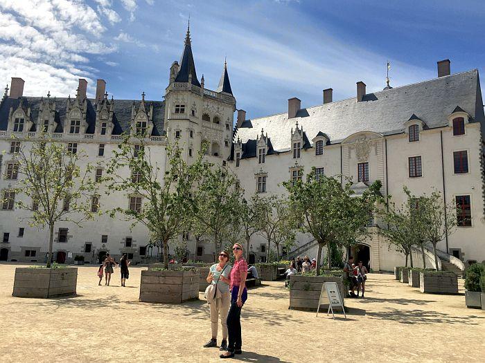 Nantes Kunst Schloss mit Station Gourmet