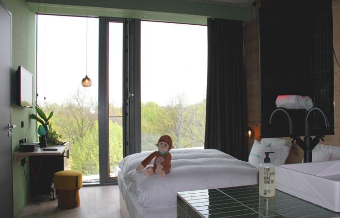 Berlin-Hotelzimmer 25hours Bikini mit Zooblick