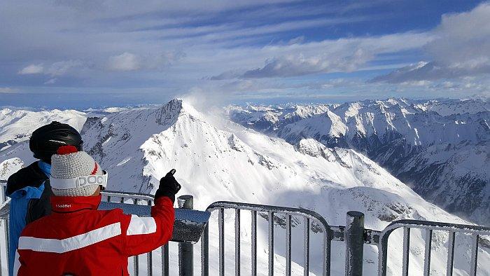 Hintertuxer Gletscher Ausblick von der Aussichtsterrasse über die Alpen Zillertal SKifahren Kurzurlaub