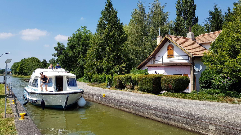 Hausboot Elsass Schleuseneinfahrt Le Boat