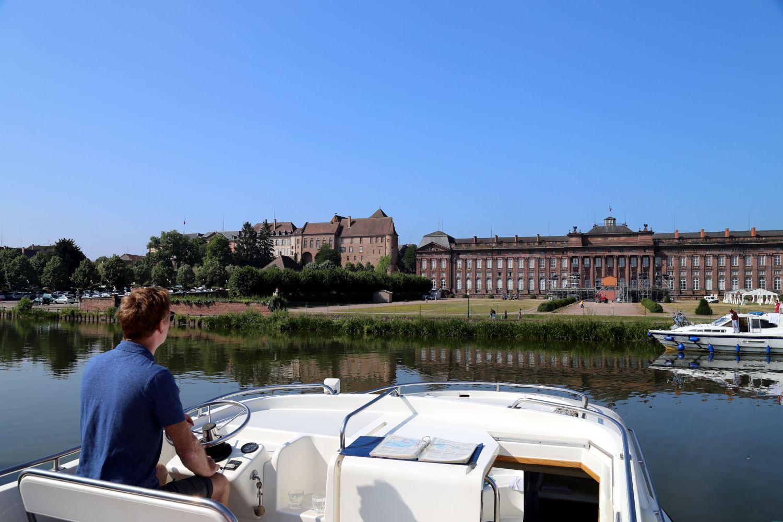 Hausboot Elsass Schloss Rohan gegenüber des Hafens von Saverne