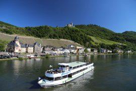 Bernkastel-Kues liegt unterhalb der Burg Landshut zwischen Weinbergen und Mosel
