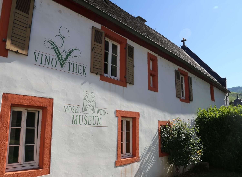In der Vinothek können über 100 Weine verkostet werden