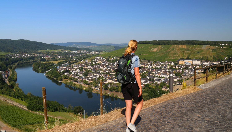 Vom Moselsteig aus eröffnen sich immer wieder weite Panoramablicke wie hier von Burg Landshut